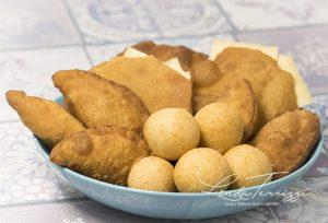 Antilliaanse snacks hapjes top 10 allerlekkerste Antilliaanse snacks pastechi johnny cake kaasbal pikabal