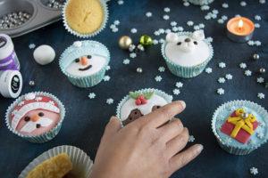 kerstcupcakes met fondant versiering kerstman ijsbeer sneeuwpop